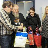 LAHJOITUS: Samaria Hämeenlinna jakaa superilaisten kutomat sukat tarvitseville