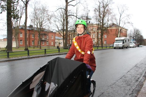 Maria Pilvimaa on itsekin talvipyöräilijä eli taittaa muun muassa työmatkansa pyörällä. Tänään hän evästää myös muita talvipyöräilyn saloihin.