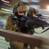 Sotilaspoliisi harjoittelee Hämeenlinnan keskustassa yöaikaan