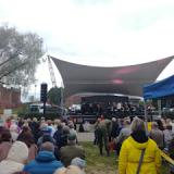 Puolustusvoimien juhlakonsertti keräsi väkeä Linnanpuistoon