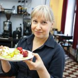 Café Hoffilla katetaan Pimeän Kaupan illaksi Hoffelipöytä