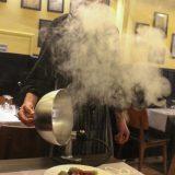 Reindeer on Popinon jouluinen spesiaali – katajaisen savun keskeltä paljastuu pekoniin käärittyä poron ulkofileetä