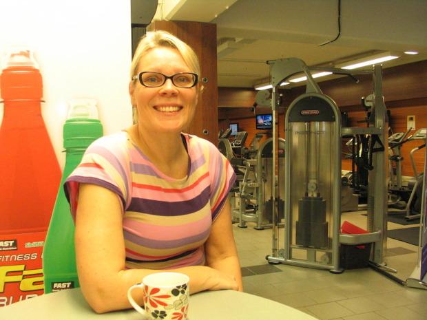 Virpi Laurila pitää siitä, että saa jakaa tietotaitoaan muille. Sopiva määrä omaa liikuntaa takaa, että yrittäjä jaksaa liikuttaa muita hymyssä suin. Kuvaaja: Juha Reinikainen.