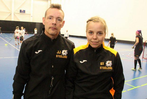 Päävalmentaja Jani Järvinen ja ensimmäiseen otteluunsa Steelersin riveissä valmistautuva Saara Lehtonen saavat lauantaina vastaansa M-Teamin.