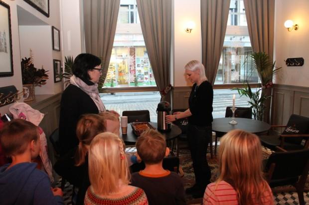 Lastentarhanopettaja Mari Vainio seuraa, kun Karoliina Mäki-Kuutti tarjoilee vieraille lämmikettä.