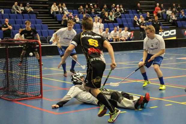 Jarno Mäkinen on ohittanut yhden käden nostolla Nurmon Jymyn maalivahdin Ismo Makkosen.