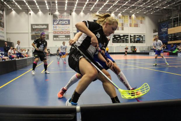 Tehot 1+1 kerännyt Heli Haapalahti suojaa palloa. Taustalla seuraa Roosa Kankare