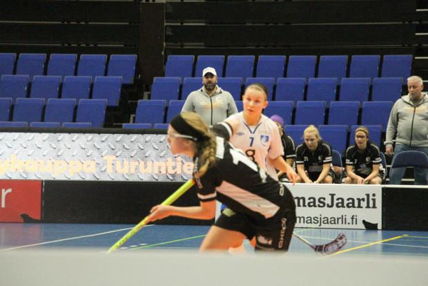 Valmentaja. Jani Perkonmäki piti yleisön tapaan näkemästään.