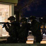 Sotilaspoliisi harjoittelee Hämeenlinnan keskustassa ilta-aikaan