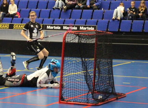 Meri Mäkinen teki kaksi maalia. Tässä verkon perukoille on painunut 5?2-maali.