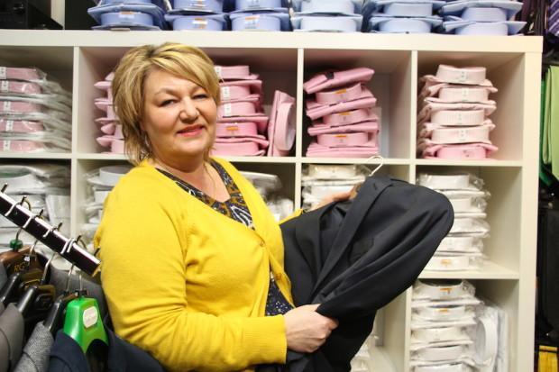 Esimerkiksi tämän takin tai jonkin muun tuotteen hinta voi Pimeän kaupan illassa olla jotain aivan muuta kuin normaalisti, ennustaa kauppias Katri-Selin Nurmi Valiomiehestä.
