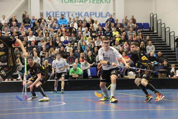 Heikki Hätönen (6) oli yli tuhannen katsojan edessä joukkueelleen todellinen johtaja.