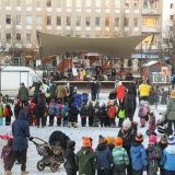 Talvikin vilautti kasvojaan ja joulukuusen valot syttyivät Lasten viikon päätapahtumassa torilla