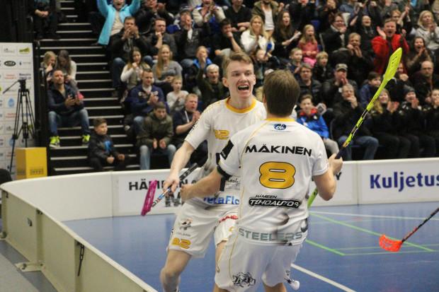 2?2-tasoituksen tehnyt Markus Sipronen iloitsee osumastaan syöttäjä Jarno Mäkisen kanssa.