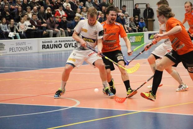 Tiukkaa vääntöä. Timo Johanssonin ja Matti Korhosen kamppailu pallosta osoittaa ensimmäisen playoff-kohtaamisen hengen.