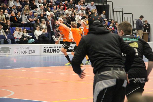 Tino Nivala on ratkaissut ottelun ajassa 62:13 Roope Kainulaisen syötöstä.