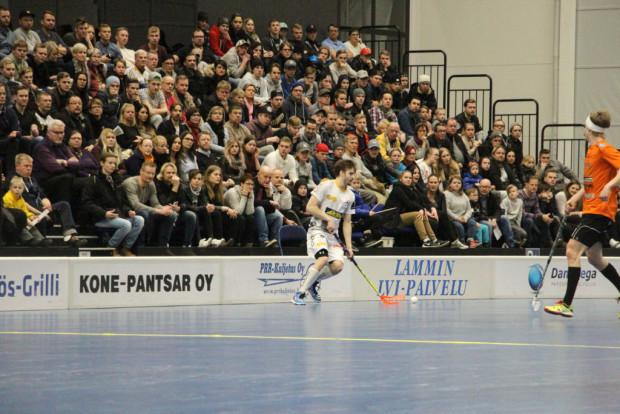 Yleisömeri. Divarin paikallisfinaaleissa ovat kaikki katosmopaikat käytössä ja ympäristö on pelaajillekin erilainen kuin runkosarjassa.