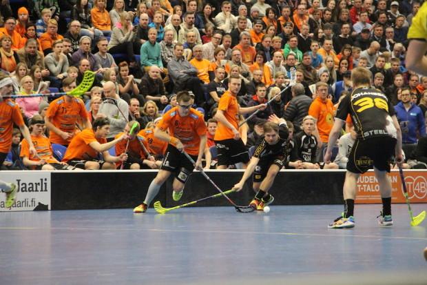 Pallontavoittelussa Heikki Hätönen ja Jarno Mäkinen.