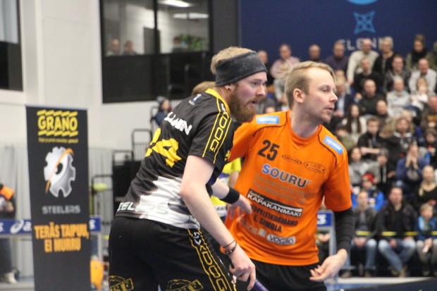 Steelersin Aleksanteri Ihalainen ja LaSBin Juuso Mutikainen uppoutuneena pelin tunnelmaan.