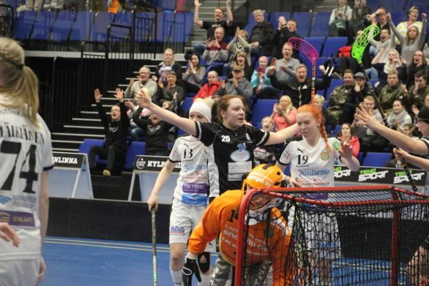 Loisto-ottelun pelannut JoKa-maalivahti Tanja Röyskö on joutunut antautumaan Heli Haapalahdelle.