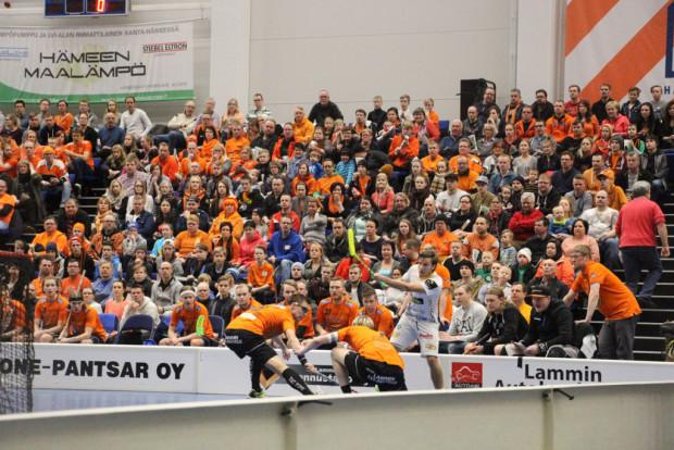 Kevät 2016 painuu mieliin hämeenlinnalaisen salibandyn nousukeväänä. LaSbin oranssit Heikki Hätösen ja Henri Vilénin johdolla jo varmistivat nousunsa, Steelersin ja Iiro Nurmisen taistelu jatkuu tänään SalBaa vastaan.