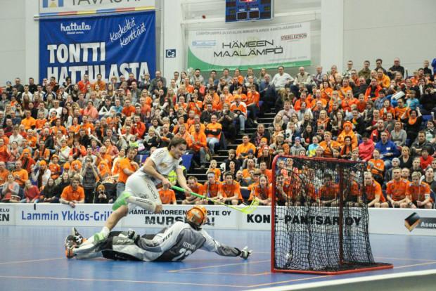 Iiro Nurminen ampuu loppuminuuteilla tuomitun rankkarin ohi.