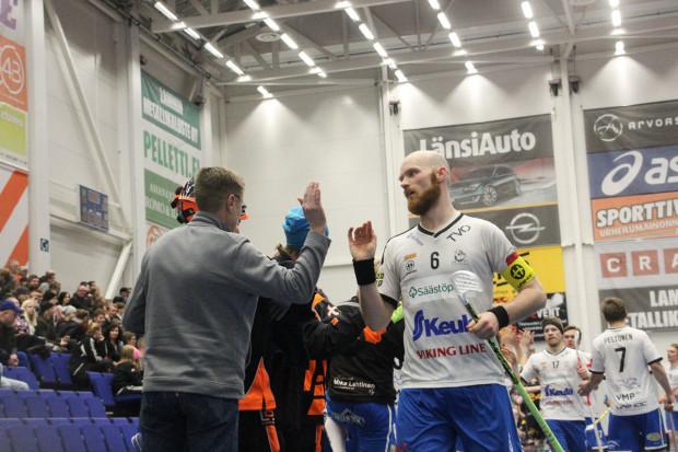Antti Keskitalo (6) kuittaa onnittelut ajassa 58:37 tekemästään voittomaalista.