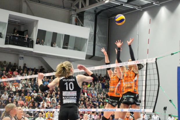 Viestin Jenni Hiltunen ja Kaisa Jokinen (alhalla vas.) seuraavat, kun Pauliina Vilponen yrittää ohottaa HPK:n torjuntaa.