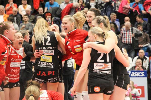 Viestin Jenni Hiltunen ja Kaisa Jokinen (alhaalla vas.) seuraavat, miten Pauliina Vilponen ohittaa HPK:n torjuntaa.