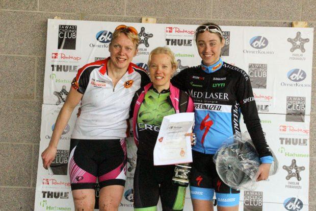 Naisten pitkän matkan parhaat, keskellä voittaja Sini Alusniemi, oikealla kisan toinen Sonja Kallio ja vasemmalla kolmas Taija Jäppinen.