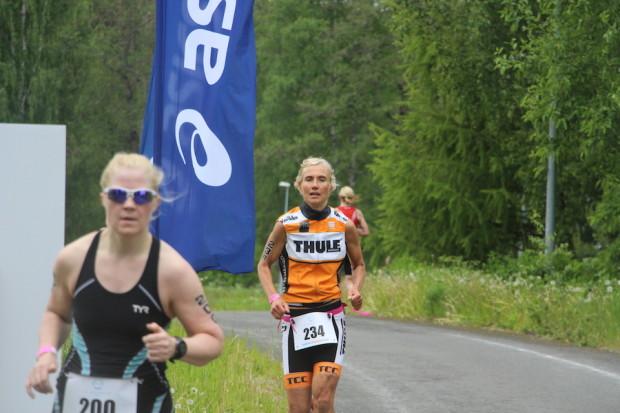 Jenni Mattila taittoi Finntriathlon Vanajanlinnan juoksuosuuden myös naisten yleisen sarjan voittajaa nopeammin.