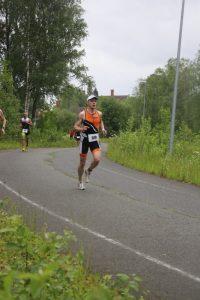 Tawast Cycling Clubin Olli Miettinen Finntriathlon Vanajanlinnan juoksuosuudella vuonna 2015.
