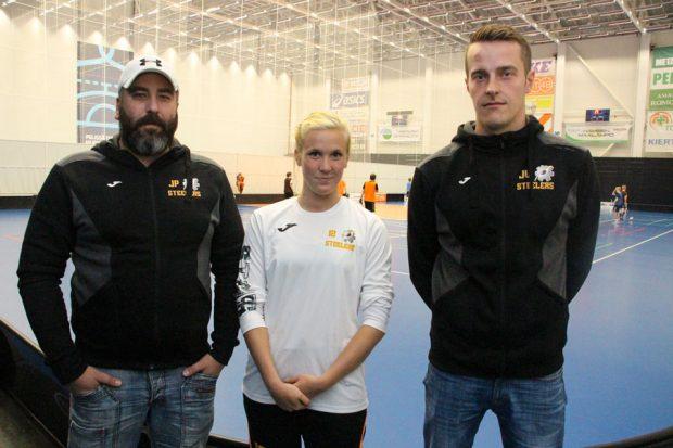 Suosikkeja haastamaan. Steelersin päävalmentaja Jani Perkonmäki, puolustaja Tiia Leppänen ja valmentaja Jani Vatanen valmistautuvat muun joukkueensa tapaan kohtaamana heti aluksi naisten Salibandyliigan kovimmat suosikit.