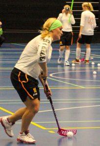 Laura Kakko on Steelers-naisten kapteeni varakapteeneinaan Katariina Niemi ja Senni Hietanen.