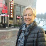 Kaupunkikeskustan Sari Hagemeier toivottaa uudet veturit tervetulleeksi keskustaan