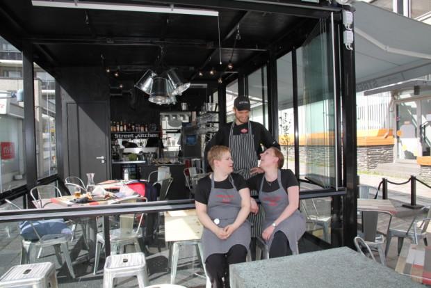 Ravintola-alalla monet haaveet ovat käyneet toteen taakse jäävällä kevätlukukaudella. Petri Lindholm, Riina Arvola  (vas.) ja Mira Uusitalo vartti ennen Popinon Street Food & More´n avajaisia.