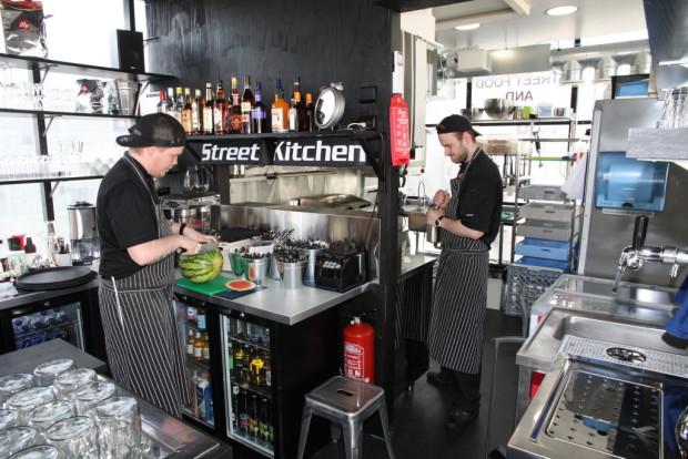 Myös Street Food and More on kohta LounasReskassa. Jarkko Toivonen (vas.) ja Mihail Rannikko vastaavat kesäravintolan keittiöstä.