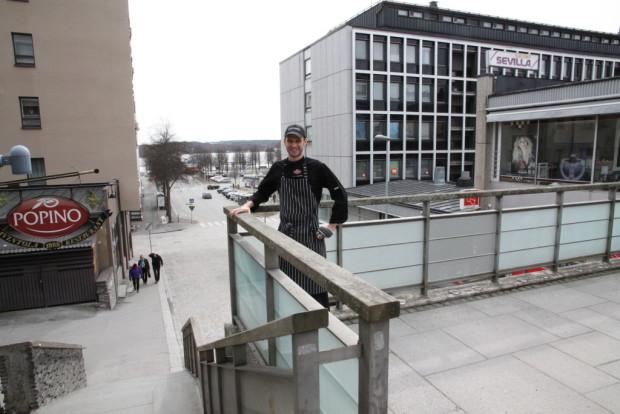 Keittiöpäällikkö Petri LIndholm tuo Popinon Street Food -terassiravintolan Linnankadun alkuun.