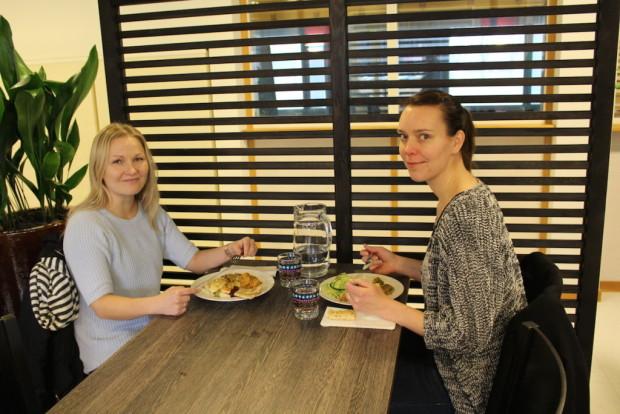 Tiina Väisänen ja Johanna Lindfors totesivat Ravintola OMin uusitun sisustuksen viihtyisäksi. Kuva: Miia Salminen