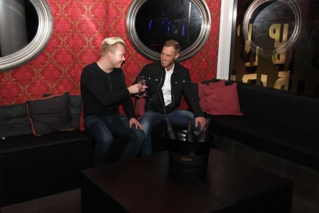 Markus Hakala (vas.) ja Markus Uusitalo tyypittivät yläkerran vippinurkkauksen, jossa skumppaa kuluu