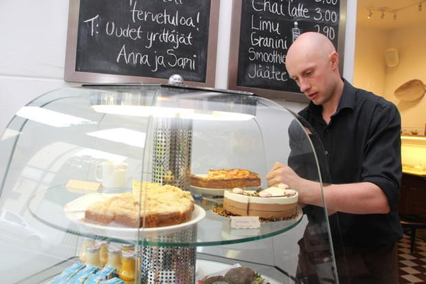 Kahvileipävitriini on yksi uusien yrittäjien hankinnoista Cafe Hoffiin.