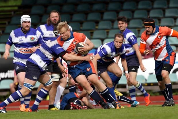 Oranssivalkoinen Linna Rugby Club sai sarjan hallitsevalta mestarilta kovaa kyytiä sarja-avauksessa Kaurialassa.