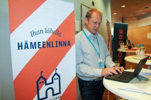Linnan Kehityksen Mika Kannisto Hämeenlinnan esittelypisteellä.